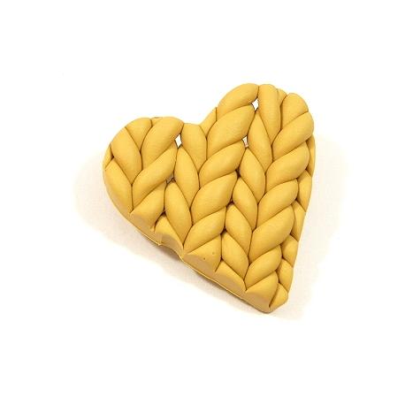 Broszka ze sweterkowym sercem