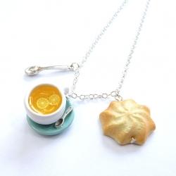 Naszyjnik z herbatą i ciastkiem