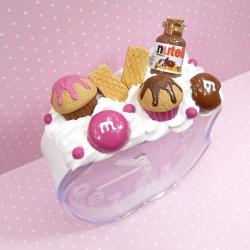 Budzik z kremem czekoladowym i cukierkami