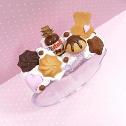 Budzik z kremem czekoladowym i ciastkami