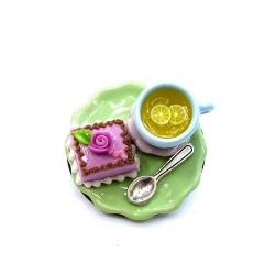 Broszka z herbatą i tortem