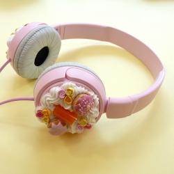Słuchawki różowe z lemoniadą i pączkami