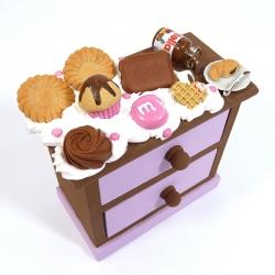 Komódka zdobiona słodyczami różowa jasna