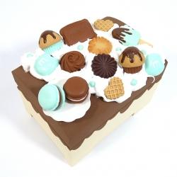 Kuferek zdobiony słodyczami beżowy