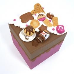 Kuferek zdobiony słodyczami różowy ciemny