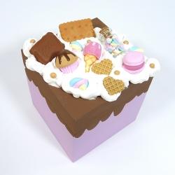 Kuferek zdobiony słodyczami różowy jasny
