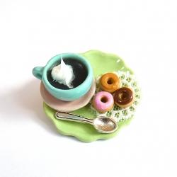 Broszka z kawą i donutami
